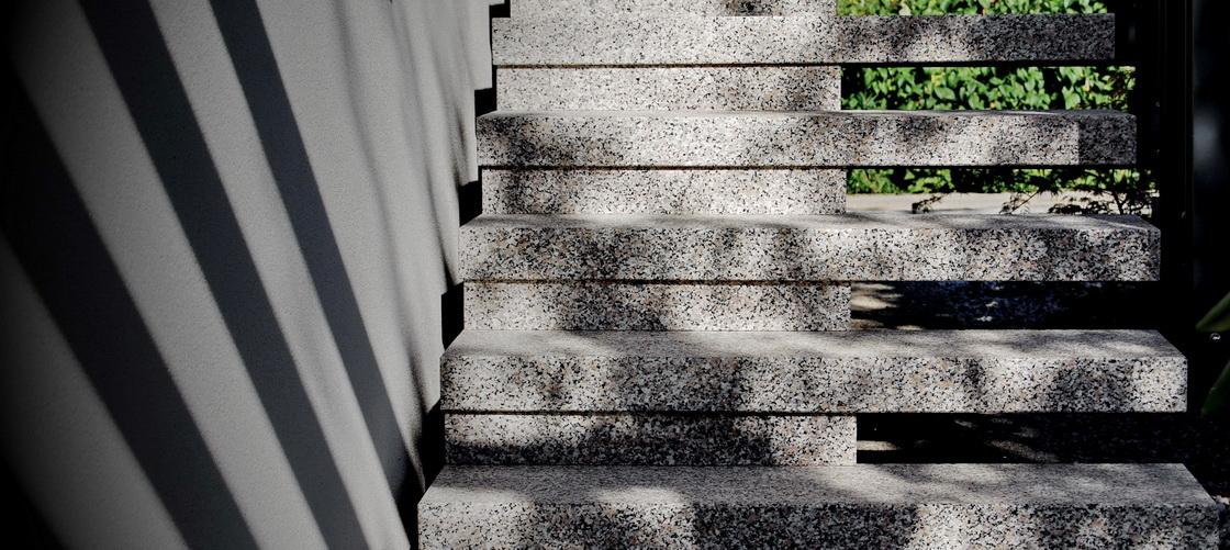 ureditev-dvorisca-granitne-stopnice
