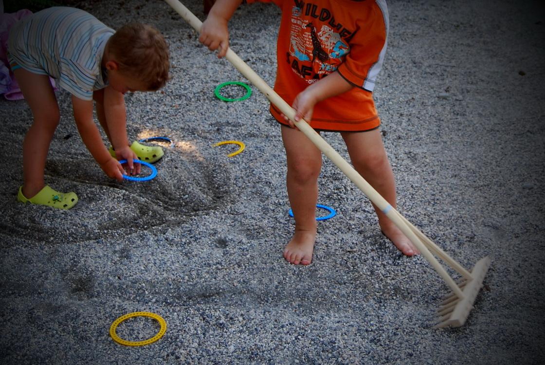 ureditev-okolice-otroci-igra