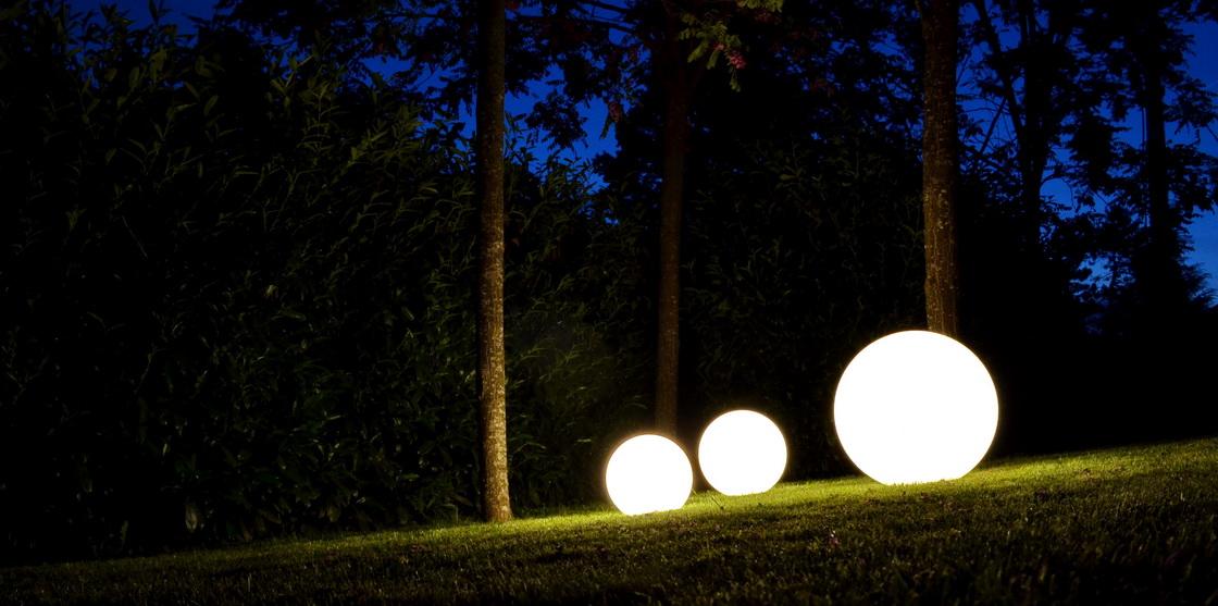 svetloba v vrtu