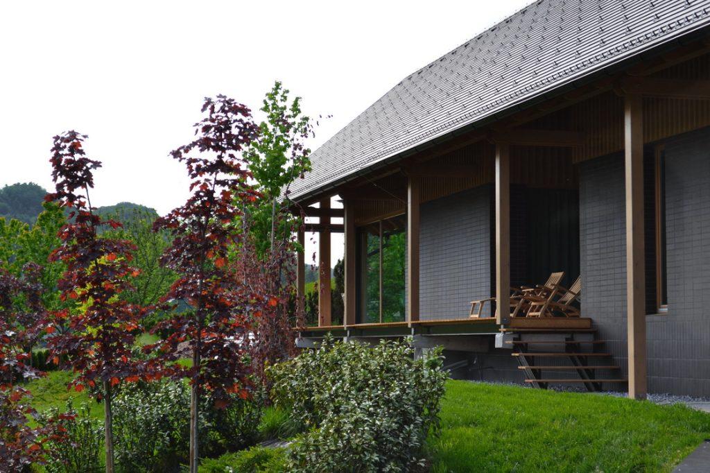 dolga hiša z vrtom v terasah
